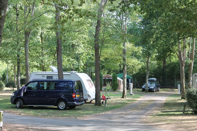 Camping Les Acacias à LA VILLE-AUX-DAMES - 13  ©