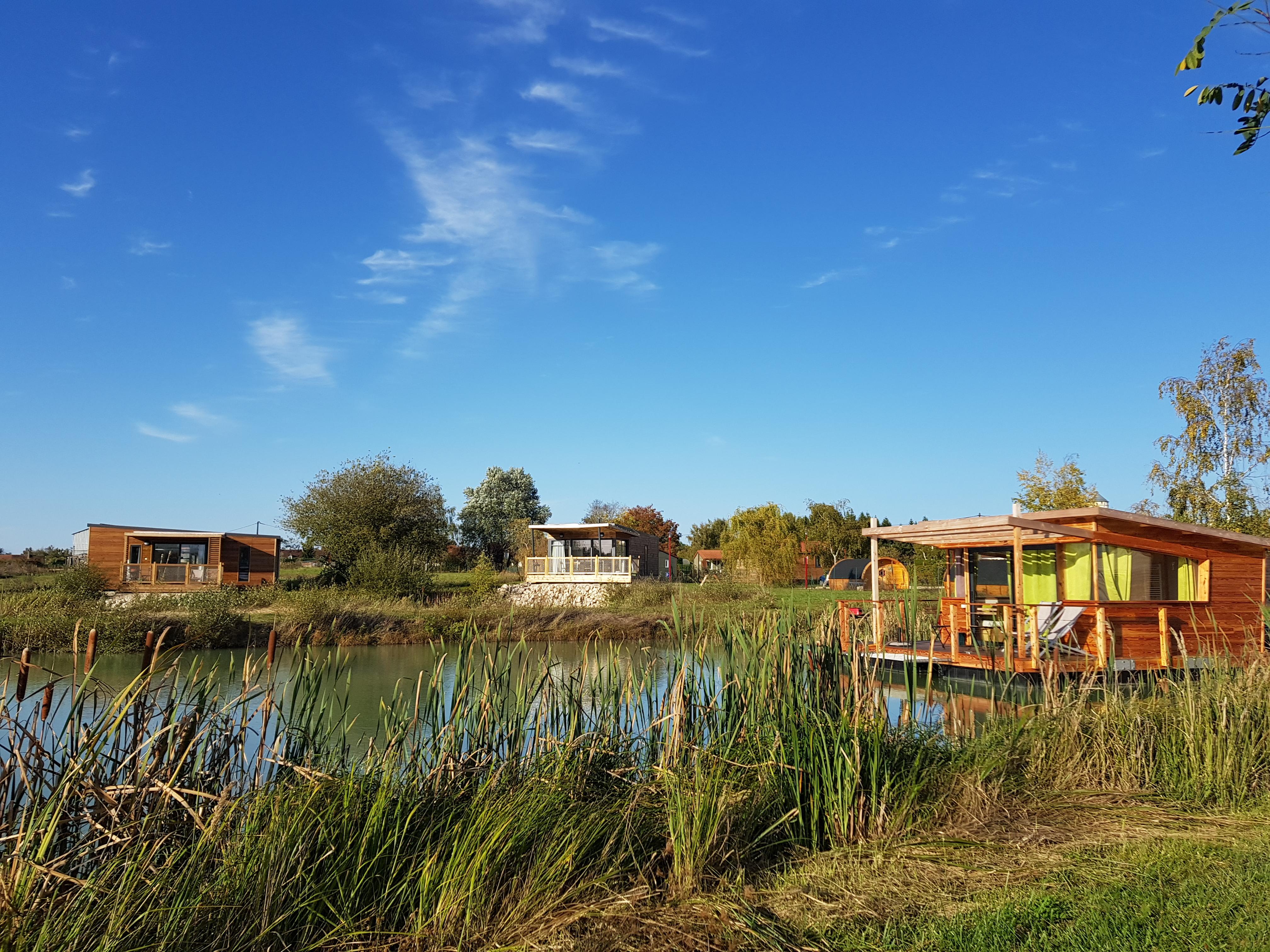 Lodge flottant et cottage