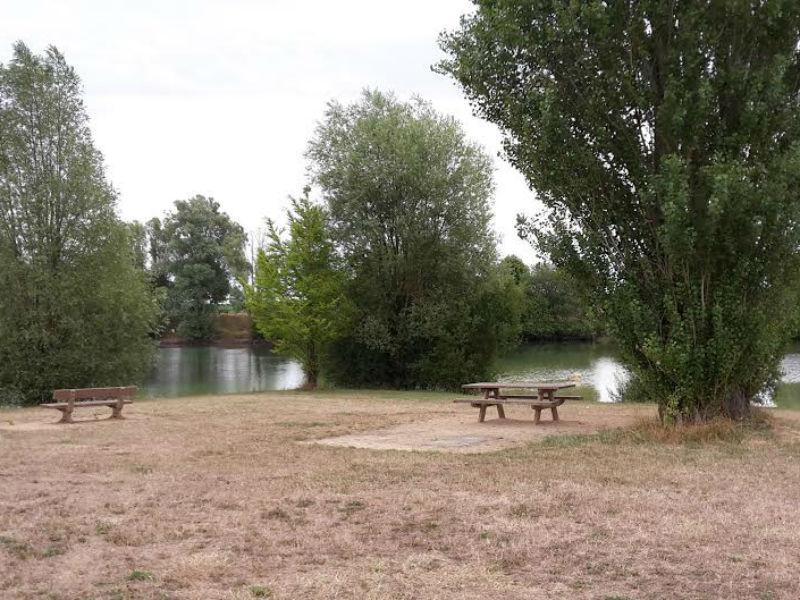 Aire de pique-nique du Lac de Courcelles de Touraine à COURCELLES-DE-TOURAINE ©  OT Langeais