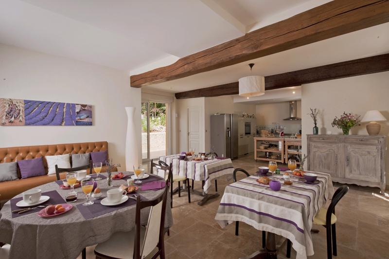 Les couleurs du Verger à BEAUMONT-LES-AUTELS - 3  © Dans les dépendances, vous avez à disposition une cuisine équipée avec salle à manger donnant sur la piscine