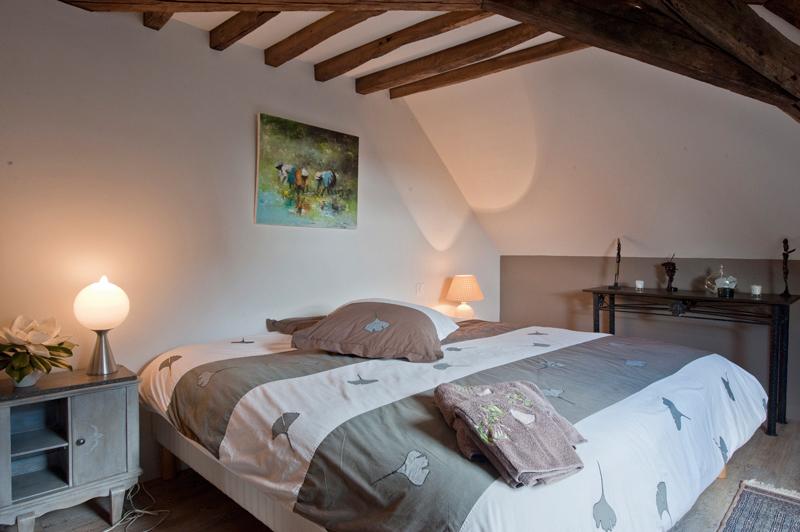 Les couleurs du Verger à BEAUMONT-LES-AUTELS - 4  © Une des chambres de la suite familiale