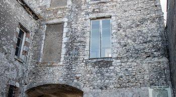 La Porte d'Amont vue de la Rue Porte d'Amont (c) ADRT45 A.R