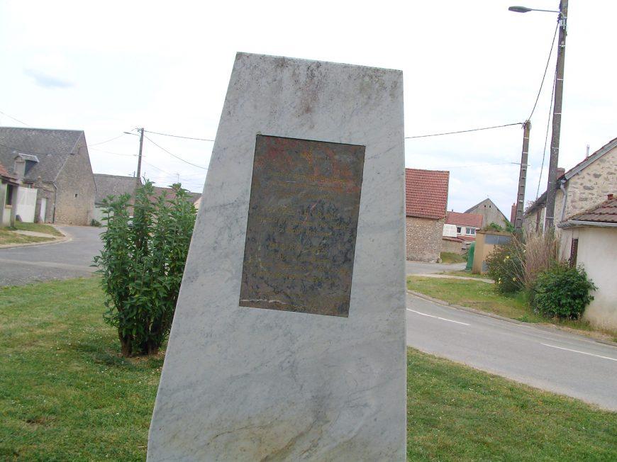 Stèle de Hugues Capet à LES VILLAGES VOVEENS © MTCB